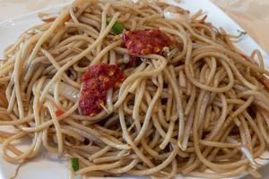 Nudeln mit Hühnchen und scharfer asiatischer Soße
