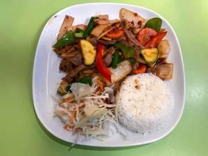 Nuea Phad Prig in Krua Thai Köln: Rindfleisch mit Zucchini, Paprika, Möhren, Bambus und Champignons in Chilisauce