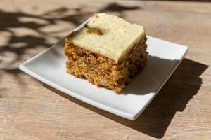 Nusskuchen mit weißer Schokolade auf quadratischem Teller