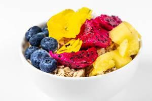 Oatmeal porridge with fresh fruit and yellow flowers (Flip 2020)