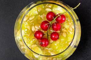 Obene Aufnahme von einem Glas Kiwanofrucht mit Johannisbeeren