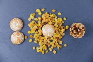 Obene Aufnahme von Lebkuchen mit Rosinen