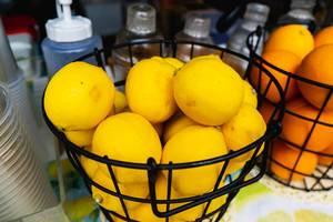Obene Nahaufnahme von Zitronen verkauft auf einem Limonadenstand auf die Straße