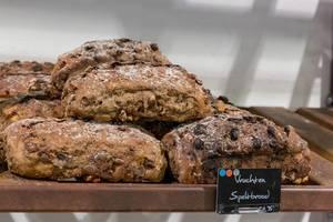 Obst-Dinkelbrötchen, in den Niederlanden Vruchten Speltbrood genannt, in Verkaufskauslage