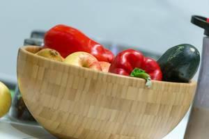Obst und Gemüse in einer Holzschüssel