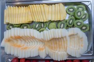 Obstplatte mit Melone, Kiwi und Ananas