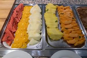 Obstplatten mit Melone, Ananas, Zuckermelone, Orange, Wassermelone