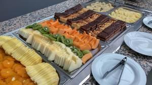 Obstplatten und Kuchenplatte. Büfett