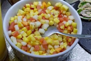 Obstsalat mir Ananas, Apfel und Melone in einer Schüssel