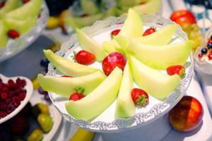 Obstsalat mit Melonen und Erdbeeren