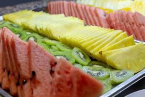 Obstscheiben an einem Buffet -Wassermelone, Ananas und Kiwi