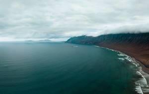 Ocean surrounding mountain range in an island / Umgebender Gebirgszug des Ozeans in einer Insel