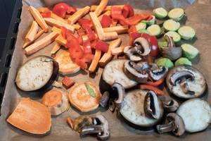Ofengemüse: Aubergine, Champignons, Kürbis, Paprika und Mini-Kohlköpfe