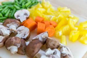 Ofengemüse: gelbe Paprika, Möhren, Champignons und Brechbohnen