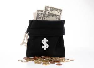 Offener Geldsack mit Dollar-Scheinen, Kleingeld und einem Dollar-Symbol