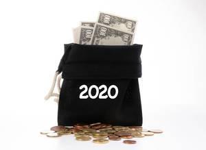 Offener Geldsack mit Dollar-Scheinen und Kleingeld für das Jahr 2020