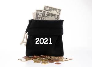 Offener Geldsack mit Dollar-Scheinen und Kleingeld für das Jahr 2021