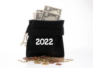 Offener Geldsack mit Dollar-Scheinen und Kleingeld für das Jahr 2022