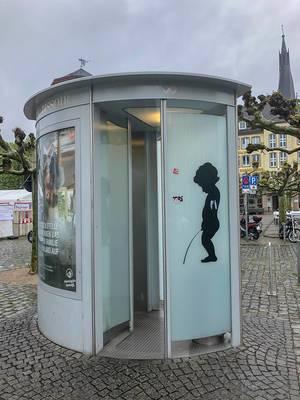 Öffentliches Pissoir und Männertoilette am Burgplatz in Düsseldorf