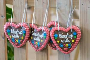 """Oktoberfest-Lebkuchenherzen mit Text """"Startup with Google"""""""