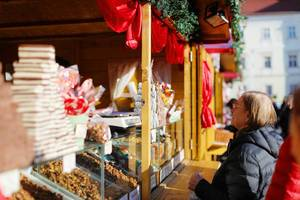 Old woman at Christmas market (Flip 2019)