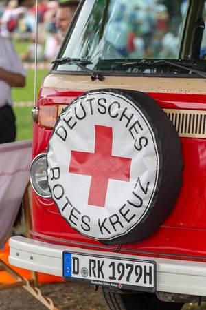 Oldtimer VW Transporter vom Deutschen Roten Kreuz