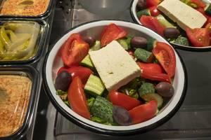 Oliven, Tomaten, Gurken, Kopfsalat und Tofu. Danilovsky Market in Moskau