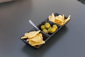 Oliven und Kartoffelchips als Snack in Rom