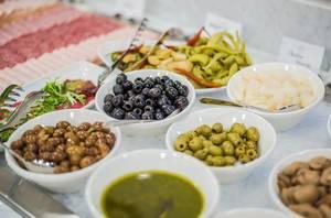 Oliven unterschiedlicher Sorten am Frühstücksbuffet