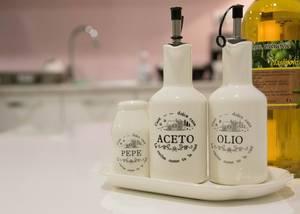 Olivenöl auf dem Tisch
