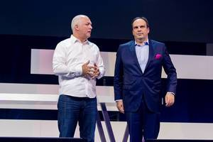 Oliver Ratzesberger (Teradata) and Hagen Rickmann (Deutsche Telekom) talk about innovation on the stage of the Digital X event in Cologne, Germany