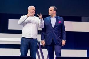 Oliver Ratzesberger (Teradata) und Hagen Rickmann (Telekom Deutschland GmbH) auf der Bühne des Digital X Events in Köln