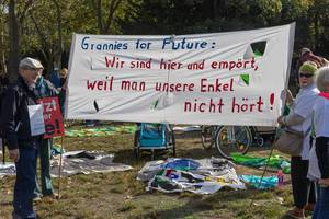 "Omas und Opas bem Fridays For Future Klimastreik in Köln: ""Grannies for Future"" nehmen am globalen Protesttag teil"