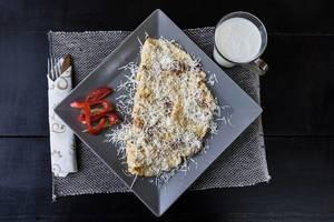 Omelett mit geriebenem Käse und Glas Milch. Draufsicht