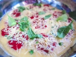 Omelett mit Tomatensauce und Käse