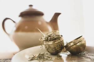 Open tea infuser with herbs (Flip 2019)