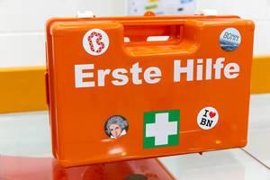 """Orange Erste Hilfe Box mit """"I love Bonn"""" und Beethoven-Aufkleber auf dem BarCamp Bonn"""