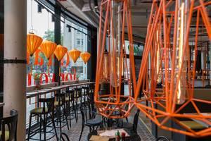 Orange Lampen mit verschiedenen Designs im coa Wok & Bowl Restaurant in Köln