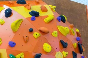 Orangefarbene Kletterwand
