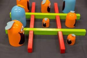 Orangefarbene und blaue Spielfiguren