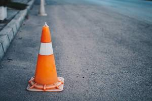 Orangefarbener Pylon auf einer Straße