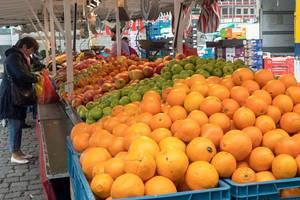 Orangen, Äpfel und anderes Obst am Marktstand
