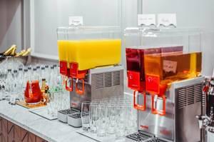 Orangensaft, Apfelsaft und Ananassaft in Getränkespendern
