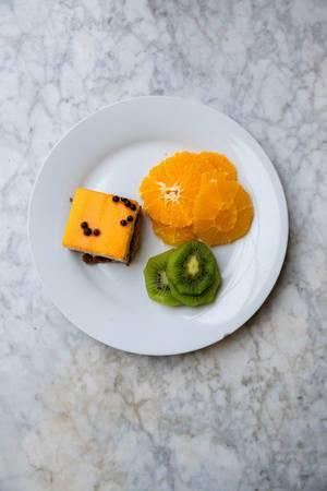 Orangentorte, Orangenscheiben und Kiwischeiben