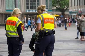 Ordnungsamt überprüft Passanten in einer deutschen Großstadt