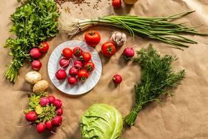 Organische Lebensmittel auf Backpapier ausgebreitet, aus der Sicht von oben fotografiert