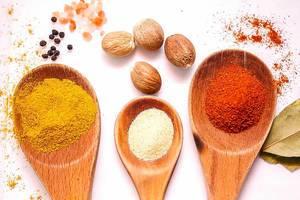 Orientalische Gewürze in bunten Farben für die arabische Küche
