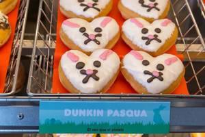 """Ostergebäck """"Dunkin Pasqua"""" bei Dunkin Donuts in Barcelona (Spanien), in Herzform mit Osterhasen-Gesicht"""