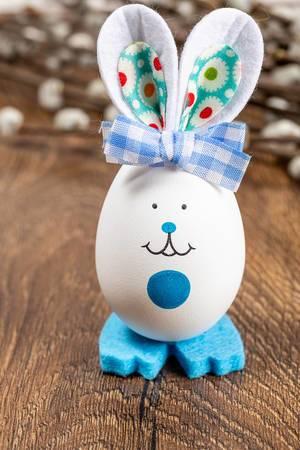 Ostern-Hintergrund mit Ei als Osterhase gebastelt