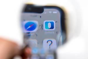 Outbank App auf schwarzem Mobiltelefon vor weißem Hintergrund
